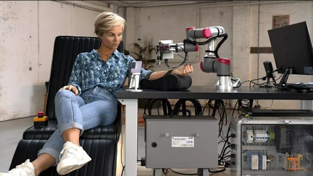 Se faire tatouer le bras par un robot piloté à distance.
